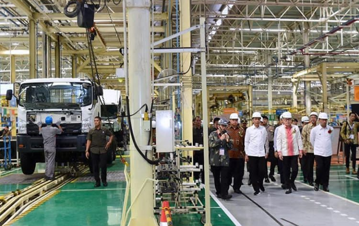 Jokowi Lepas Ekspor Perdana Isuzu Traga di Karawang