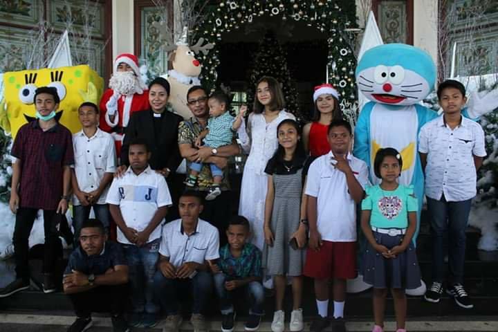 Mempererat Tali Persaudaraan di Momen Natal, Barnabas dan Beatrix Orno Berbagi Kasih Kepada Anak-Anak Kristen dan Muslim