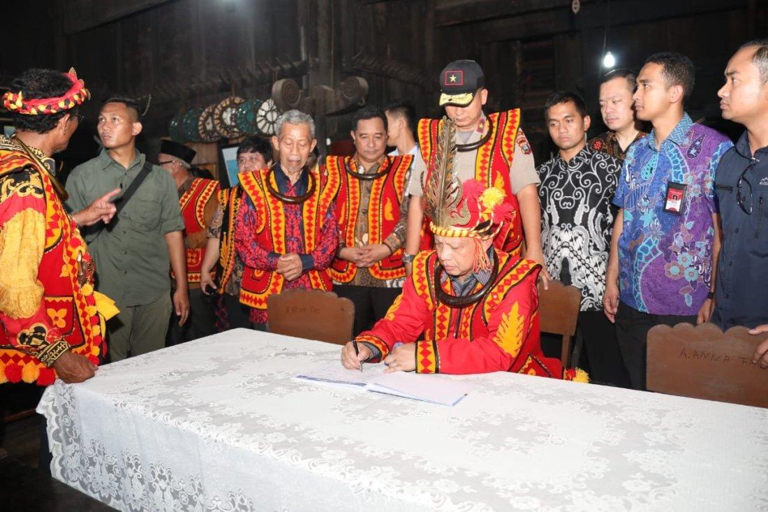 Tito Karnavian Terima Gelar Tuha Garu Sifaoma Bawa dari Tokoh Adat Nias