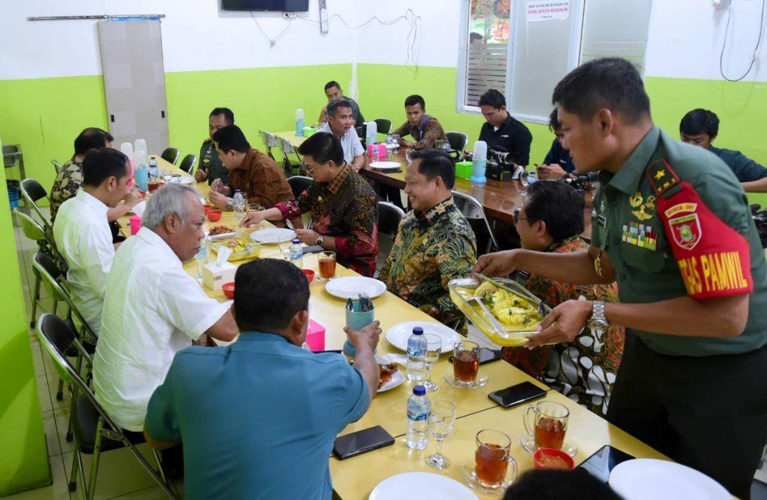Joko Widodo Nikmati Malam Sambil Makan Seafood dan Sambal Buatan Irianto Lambrie di Tarakan