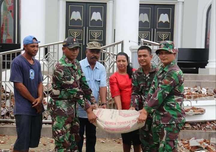 Peduli Sarana Ibadah, Satgas Yonif RK 136/TS Salurkan Bantuan di Gereja GPM Damai Desa Waai