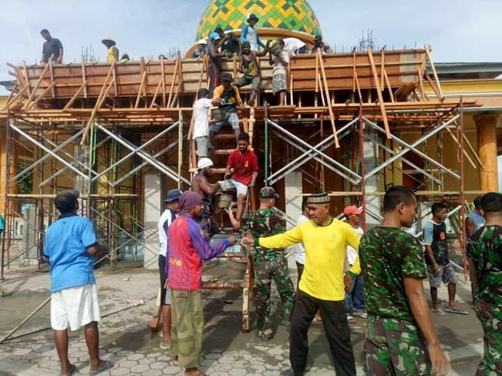 Personil Yonif RK 136/TS Karya Bhakti Bersama Masyarakat di Leihitu