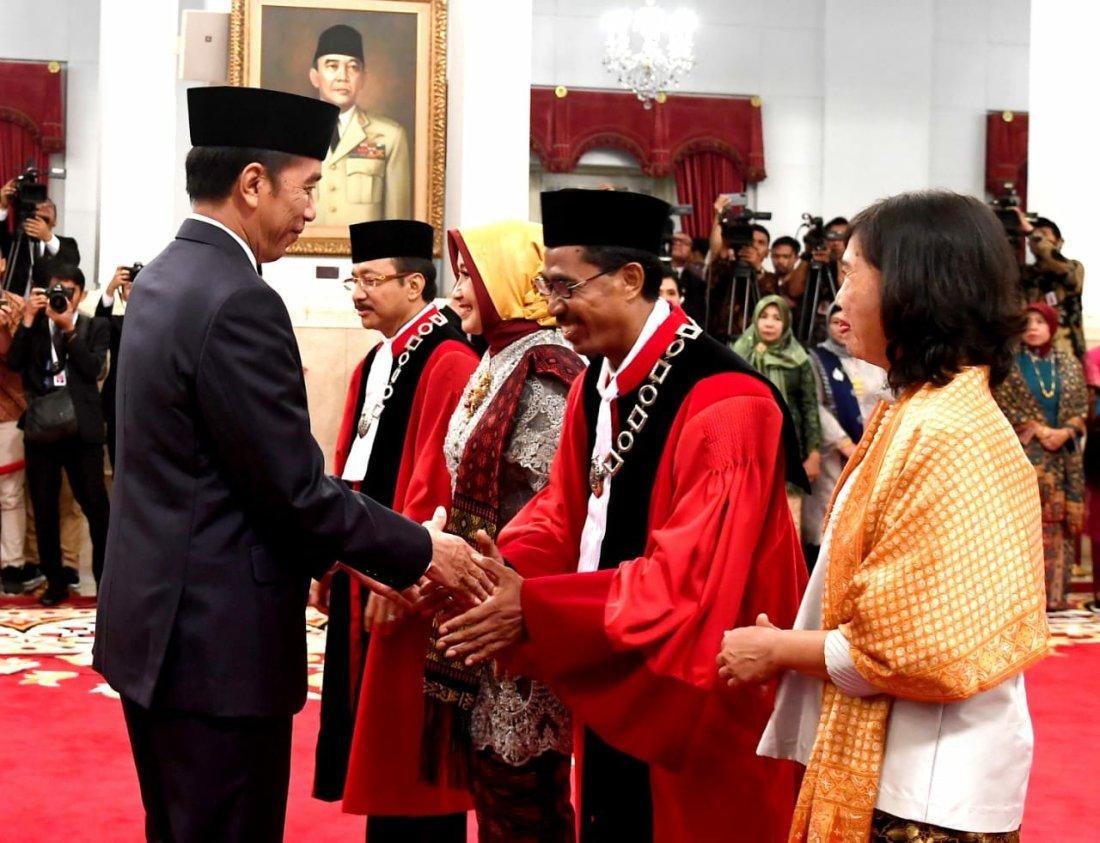 Jokowi Saksikan Pengucapan Sumpah Daniel Yusmic Pancastaki Foekh dan Suhartoyo jadi Hakim Konstitusi