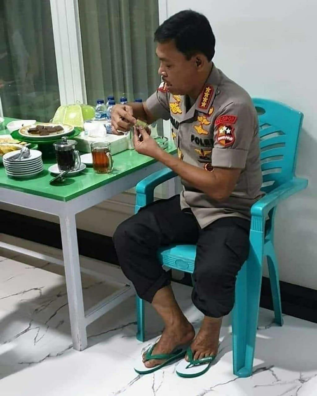 Foto Idham Aziz Bersandal Jepit dan Makan Kue Lapis Viral di Medsos