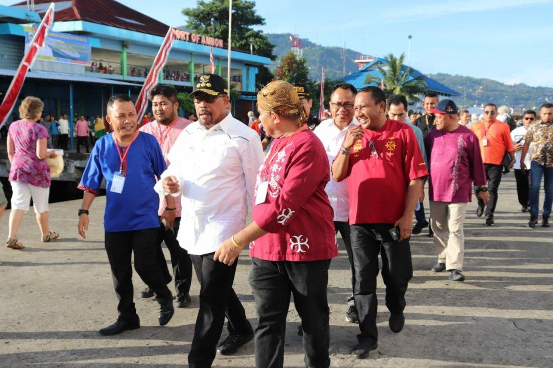 Murad Ismail Promosikan Wisata Maluku Kepada Para Wisman Kapal Pesiar MV. Boudicca