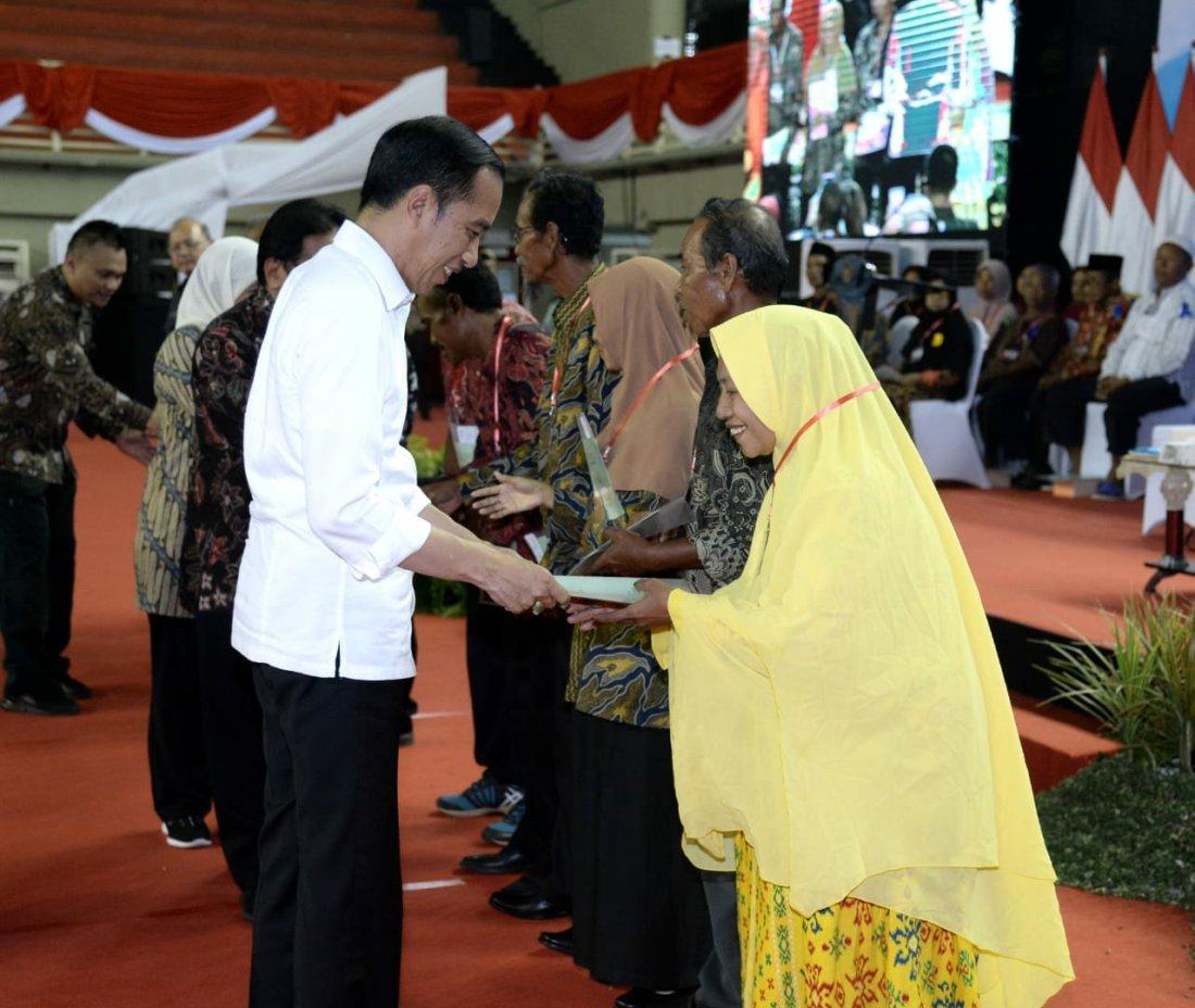 Jokowi Beri 2.020 Sertifikat Hak Atas Tanah Kepada Masyarakat di Jawa Timur