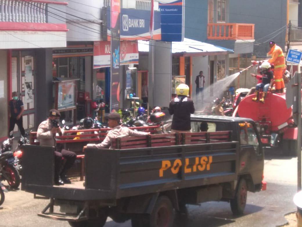 Jalankan Instruksi Idham Azis, Polres MTB Lakukan Penyemprotan Disinfektan di Kota Saumlaki