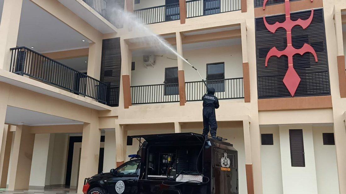 Bhakti Untuk Masyarakat, Brimob Polda Maluku Semprotkan Cairan Disinfektan