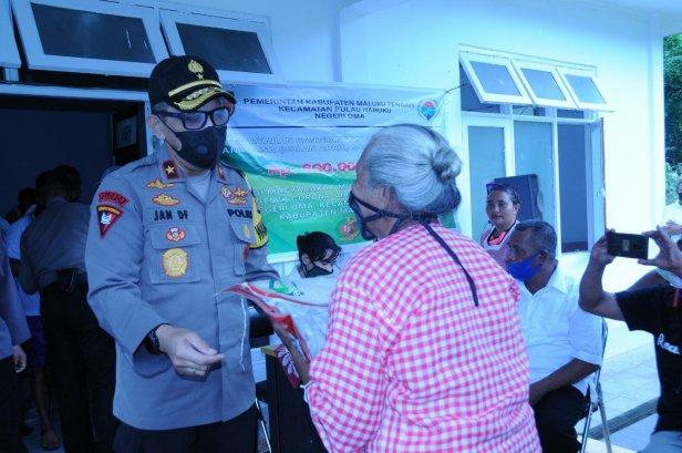 Silaturahmi ke Negeri Oma Pulau Haruku, Jan de Fretes Bagi Paket Sembako dan Masker
