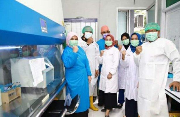 Samsuddin Kadir Serahkan Mesin PCR ke RSUD Cahasan Boesoirie di Malut