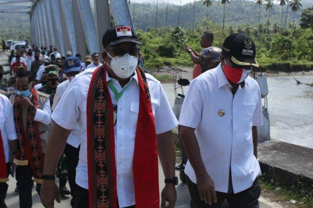 Murad Ismail Tinjau Jembatan Waikaka dan Bicara Damai Dengan Warga Latu-Hualoy