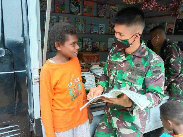 Perpustakaan Keliling TNI Tingkatkan Minat Baca Anak di Sota