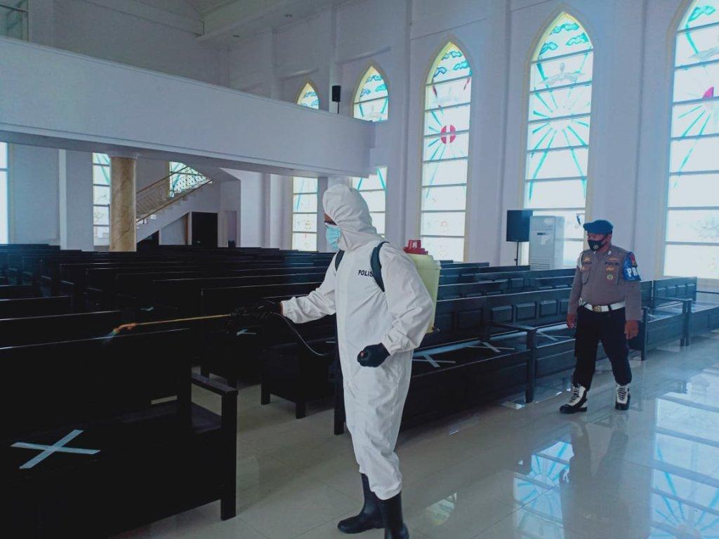 Cegah Klaster Baru, Polres Malteng Semprot Cairan Disinfektan di Sejumlah Gereja